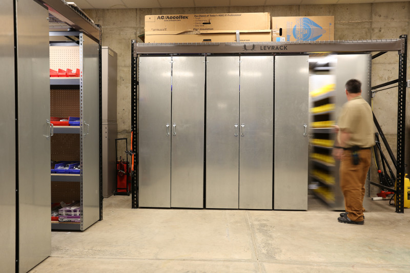 Rail-less mobile storage system for part storage in warehouse